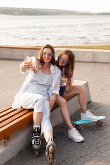 Amigos tirando uma selfie juntos à beira do lago
