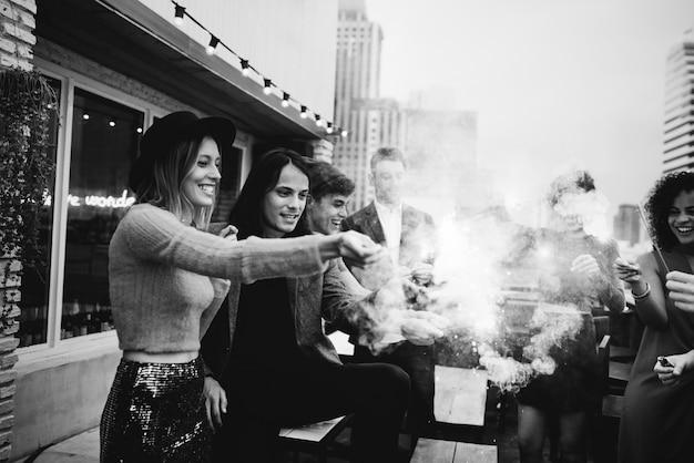 Amigos, tocando, com, sparkles, ao ar livre, partido