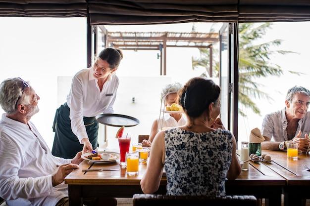 Amigos tomando café da manhã em um hotel