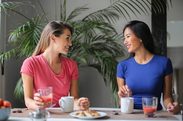 Amigos tomando café da manhã