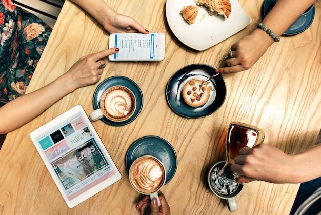 Amigos tomando café em um café