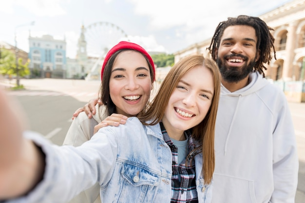 Amigos tomando selfie ao ar livre