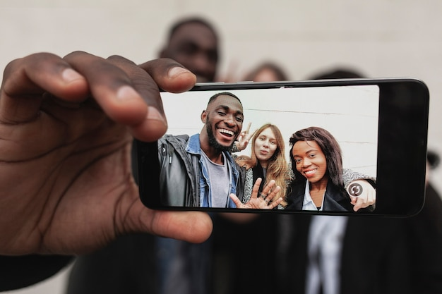 Amigos tomando selfie com smartphone