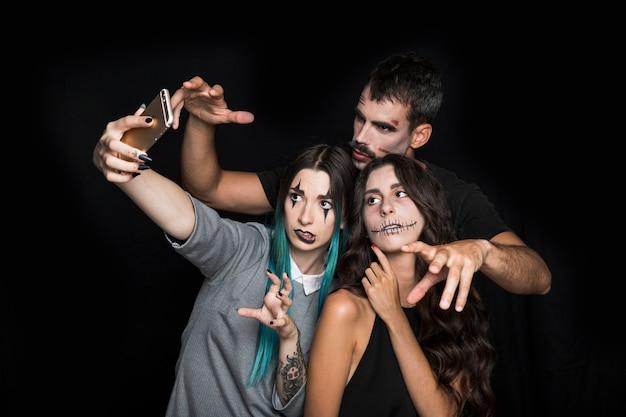 Amigos tomando selfie em pose assustador
