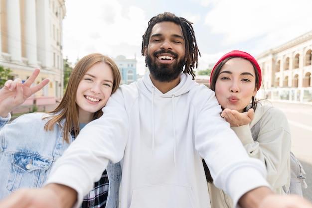 Amigos tomando selfie