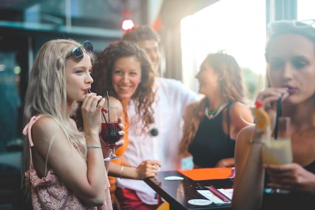 Amigos tomando uma bebida