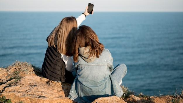Amigos tomando uma selfie juntos