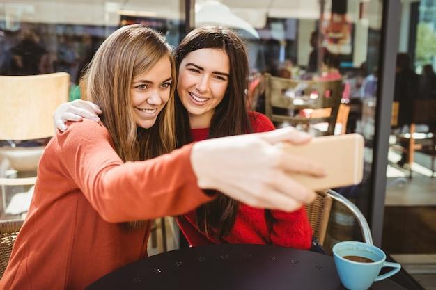 Amigos tomando uma selfie