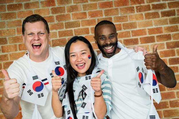 Amigos, torcendo a copa do mundo com bandeira pintada