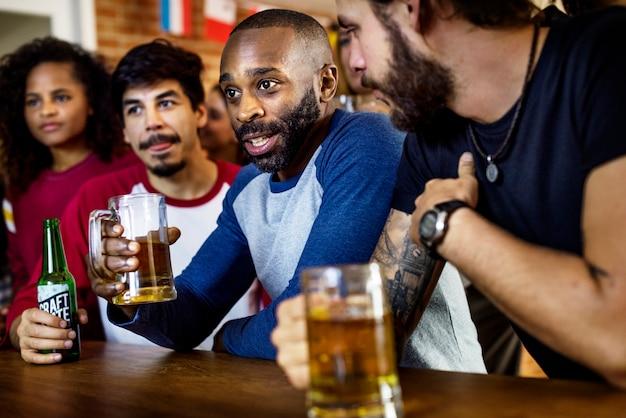 Amigos torcendo esporte no bar juntos