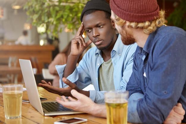 Amigos trabalhando juntos em um bar