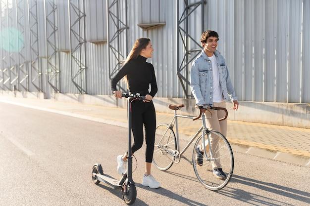Amigos usando diferentes opções de transporte individual