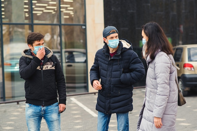 Amigos usando máscara facial. pandemia global de coronavírus. epidemia de coronavírus. pessoas conversando na rua. quarentena de coronavírus.