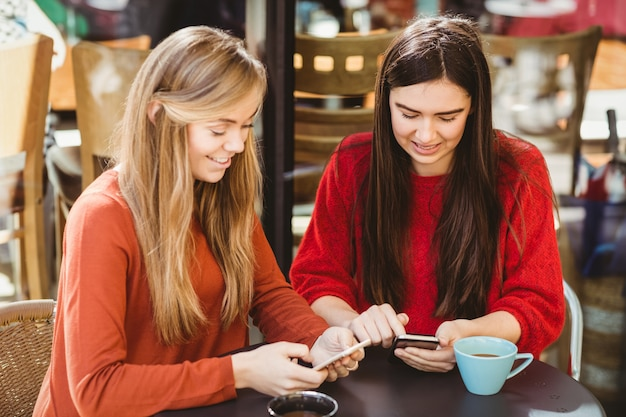 Amigos usando seu smartphone