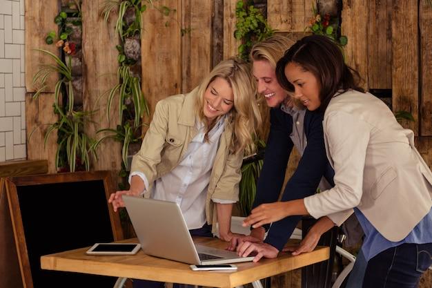 Amigos usando um laptop