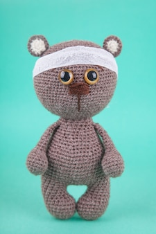 Amigurumi brinquedo de bricolage filhote de urso marrom de malha. , prevenção de doenças infantis