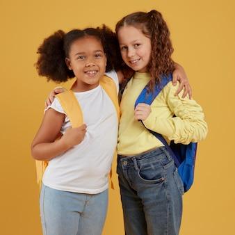 Amizade da escola de garotas abraçadas