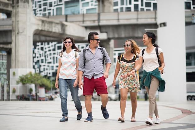 Amizade de grupo de turista andando viagem na cidade
