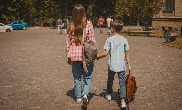 Amizade de irmão e irmã, vista traseira