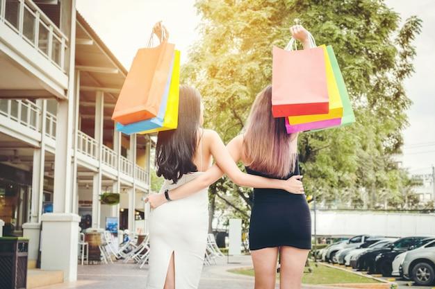 Amizade de mulheres felizes desfrutando gastos de compras na rua fashion shopping