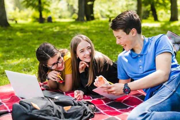 Amizade dos alunos Foto gratuita