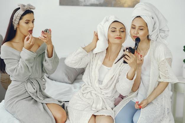 Amizade feminina e conceito de festa em casa