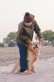 Amizade garota brincando com cachorro