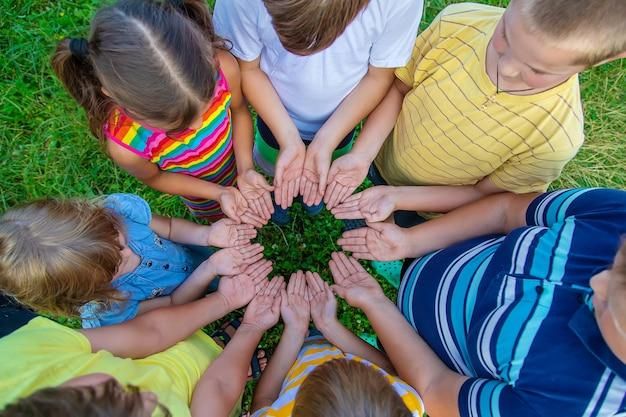 Amizade infantil, mãos de crianças na rua. foco seletivo. miúdo.
