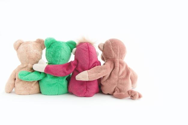 Amizade - macaco bonito com amigos estão segurando em seus braços