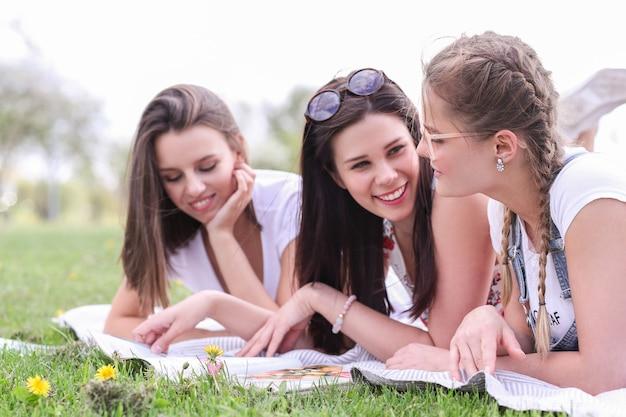 Amizade. mulheres no parque durante o dia