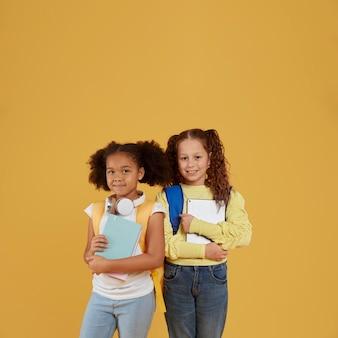 Amizade na escola para meninas copiam espaço