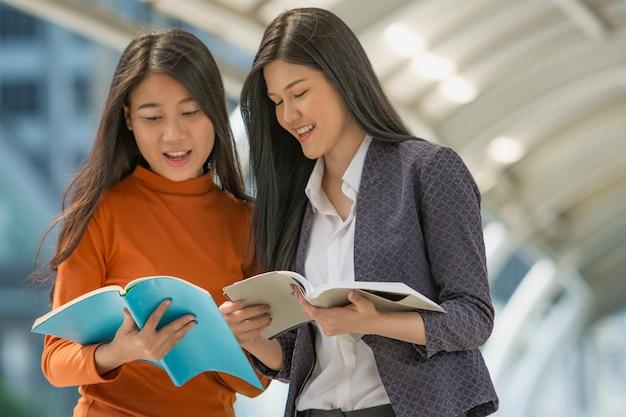 Amizade no campus, estudantes universitários passam tempo juntos.