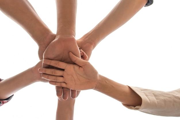 Amizade pessoas parceria trabalho em equipe empilhando as mãos no fundo branco
