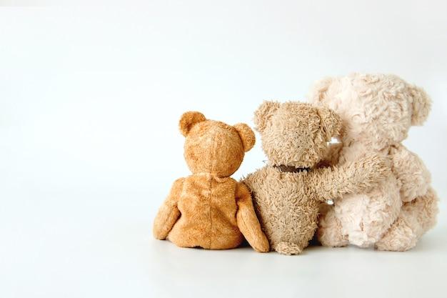 Amizade - tricô urso de pelúcia segurando em seus braços