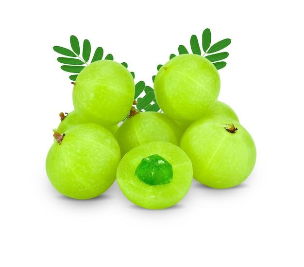 Amla frutas verdes, phyllanthus emblica isolado no branco. isso tem um traçado de recorte.