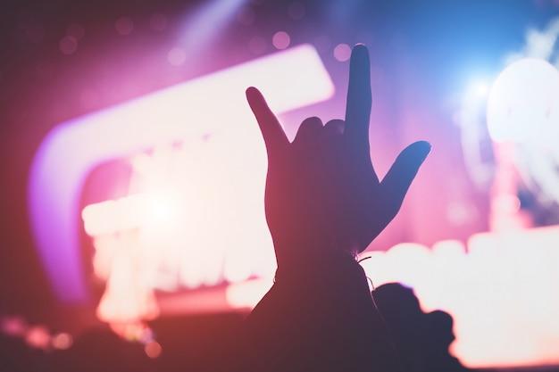 Amo a mão em concerto ao vivo dentro de casa