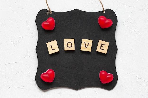 Amo a palavra e os corações em um quadro negro como conceito de dia dos namorados