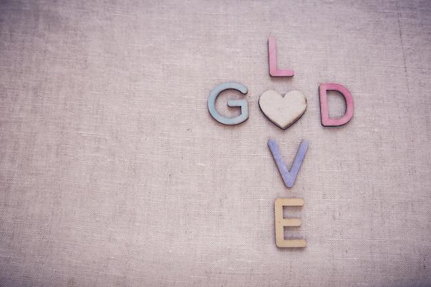 Amo deus palavras de madeira