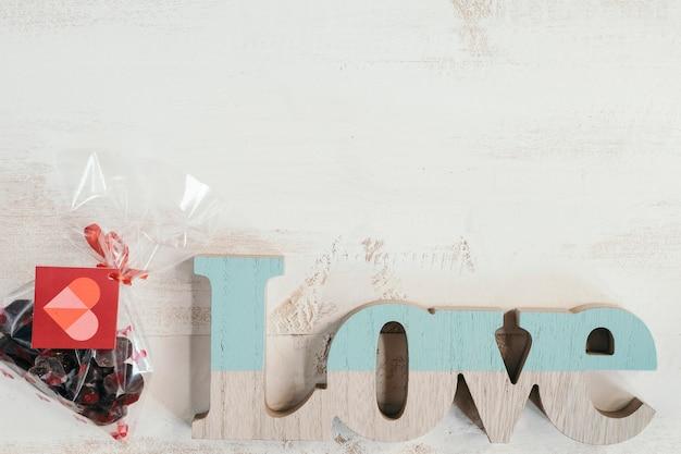 Amo letras com saco de chocolates
