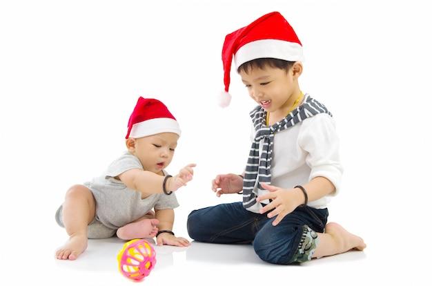 Amo o bebê brincando com seu irmão
