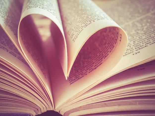 Amo o coração em um livro com estilo vintage retro do efeito de filtro
