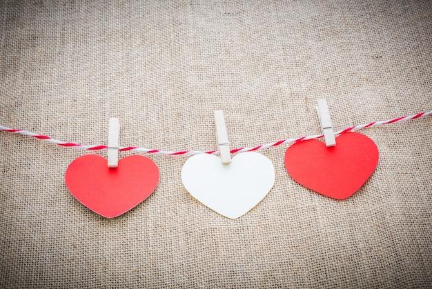 Amo o cordão natural dos corações dos namorados e clipes brancos pendurados