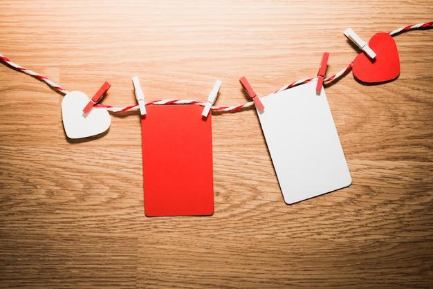 Amo o cordão natural dos corações dos namorados e os clipes vermelhos pendurados