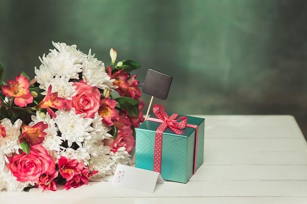 Amo o fundo com rosas, flores, presente na mesa
