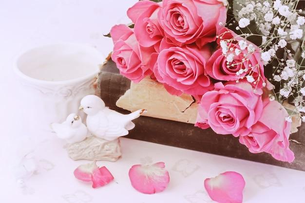 Amo o fundo em estatuetas de estilo retro beijando pombas livro vintage rosa dia dos namorados casamento shabby chic Foto Premium