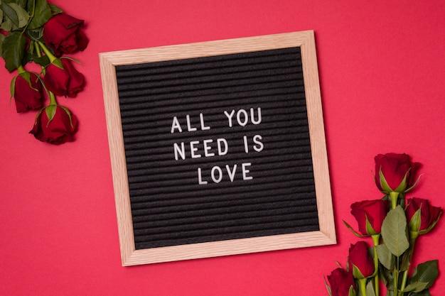 Amo qoute na placa de feltro, conceito de dia dos namorados com rosa vermelha.