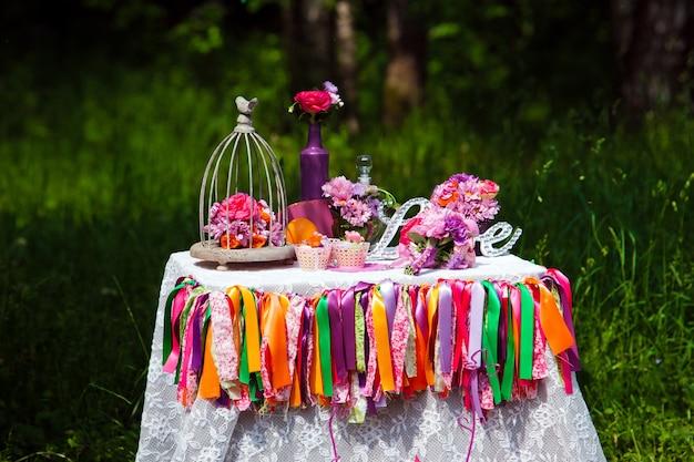 Amo uma placa de madeira em cima da mesa, decoração de casamento com buquês de flores
