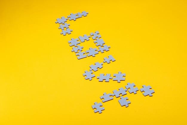 Amor da palavra a partir de peças cinzentas do puzzle