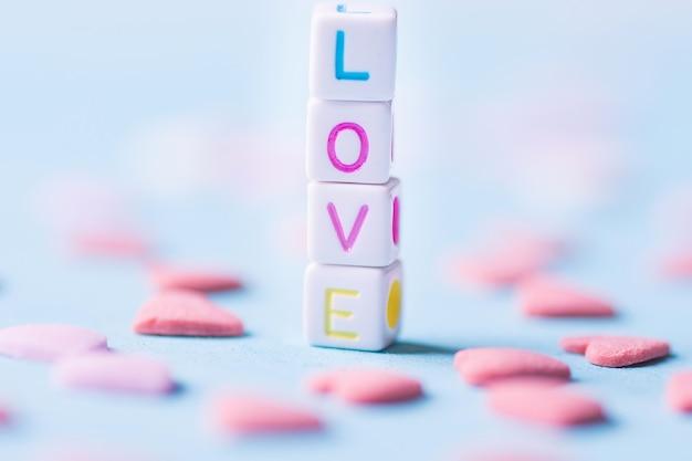 Amor da palavra construído dos cubos empilhados da letra.