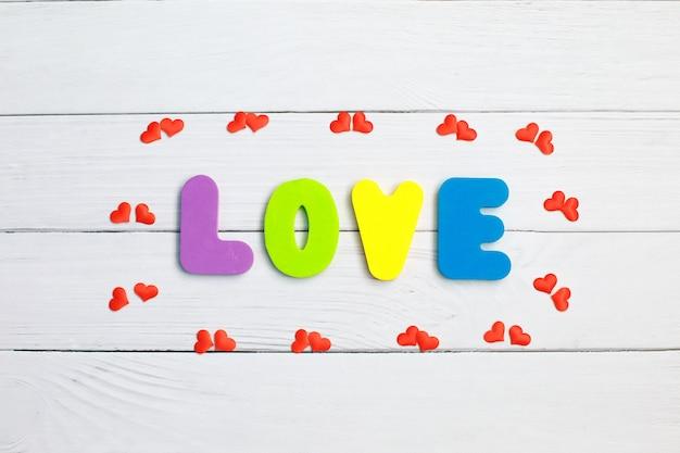 Amor da palavra no close up de madeira. conceito para o dia dos namorados
